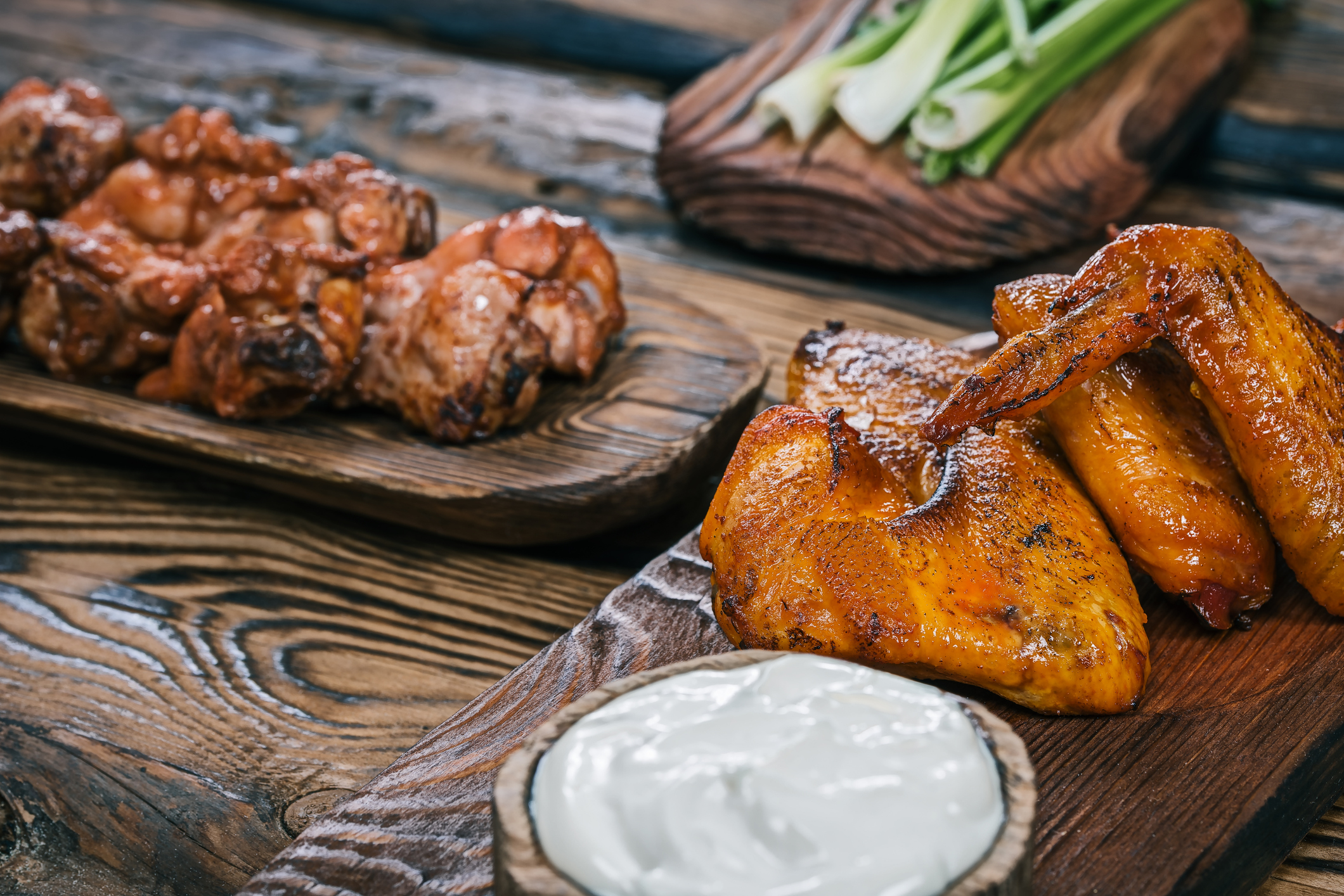 Chicken wings served on wood